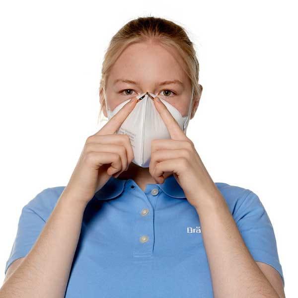 Der Nasenbügel Atemschutzmaske wird angepasst.